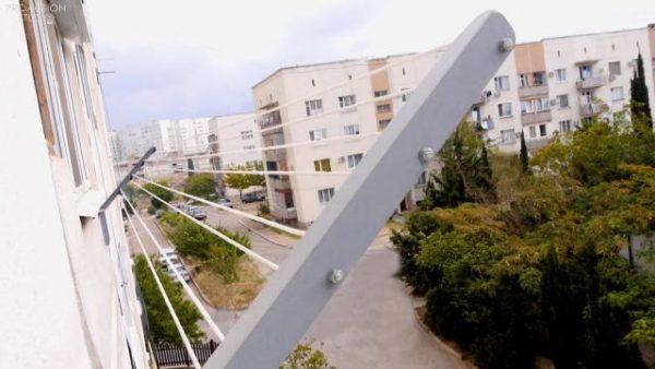 Приспособления наружного типа располагаются с внешней стороны балкона
