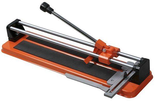 Простой плиткорез режет плитку очень качественно, с работой справится даже неопытный мастер