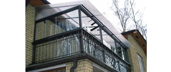 Прозрачные конструкции всегда очень хорошо смотрятся, но главное выбрать долговечный материал и не утяжелить всю конструкцию – пример на фото далеко не лучший вариант решения проблемы с балконом