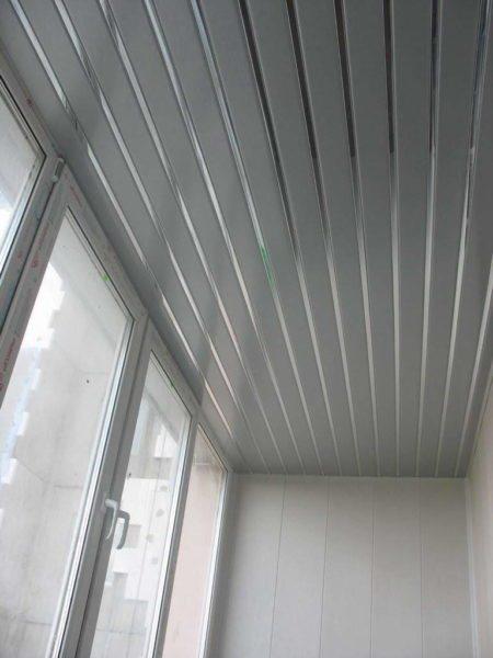 Реечный потолок – современное и практичное решение для балкона