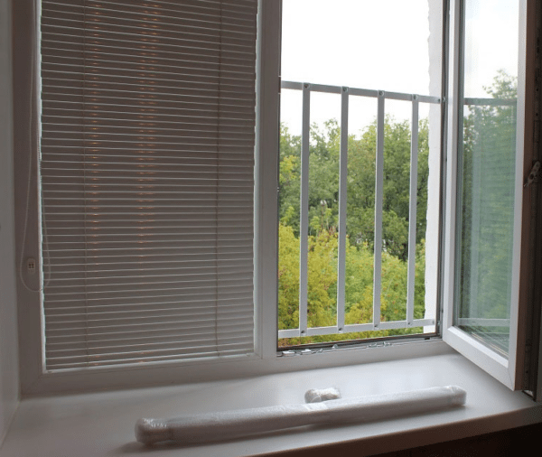 Решетки закрывают лишь нижнюю часть окна, оставляя выход для эвакуации в случае пожара
