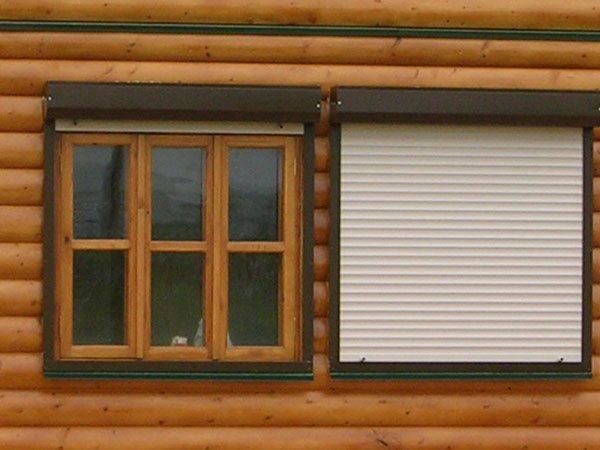 Рольставни в деревянном доме