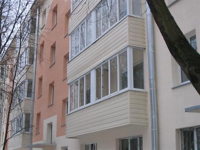 ряд балконов, облицованных сайдингом