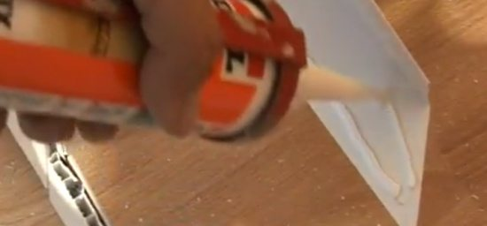 С обратной стороны наносится клей, и элементы плотно прижимаются в нужном месте