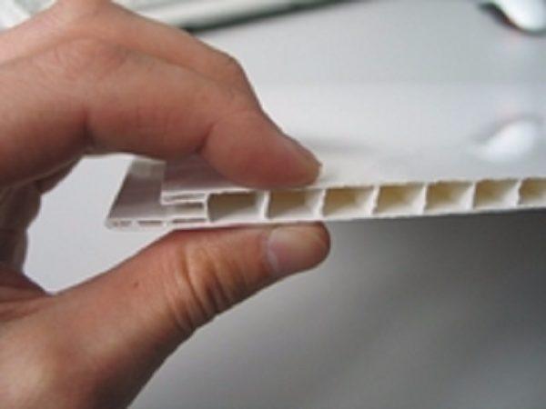 Сдавите панель пальцами — ребра жесткости не должны при этом деформироваться