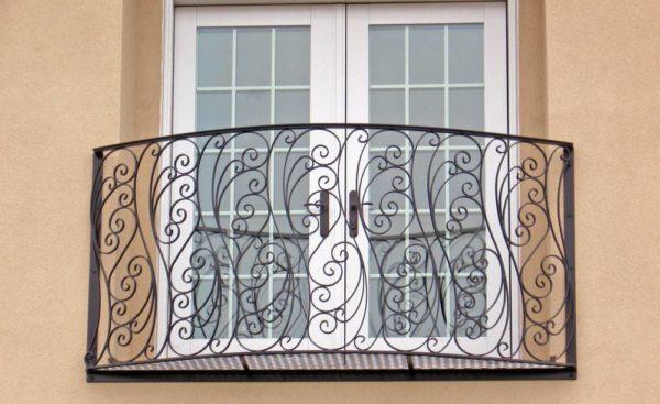 Сочетание высокого распашного окна с кованым балконом