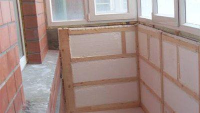 Стены балкона с обрешеткой под финишную отделку, утепленные пенопластом