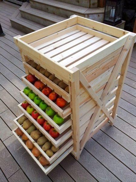 Такой вариант подходит тем, кто хранит небольшие запасы разных овощей и фруктов