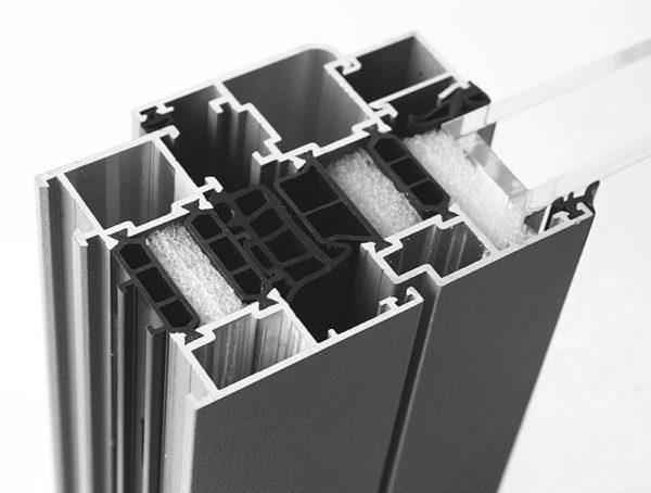 «Теплый» алюминиевый профиль с термовставками отличается большей массой, потому для раскладных конструкций его используют редко