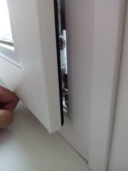 Тяжелый стеклопакет заставил створку провиснуть, и окно перестало закрываться.