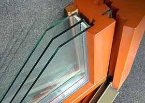 Учитывая сложность конструкции современных деревянных окон, инструкция не допускает устранения неполадок своими руками – это нужно делать только с помощью сертифицированных специалистов