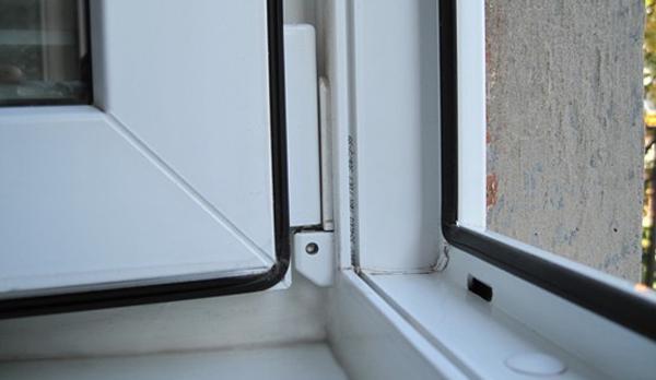 Уплотнитель ставится на раме и на створке и обеспечивает герметичность конструкции в закрытом положении