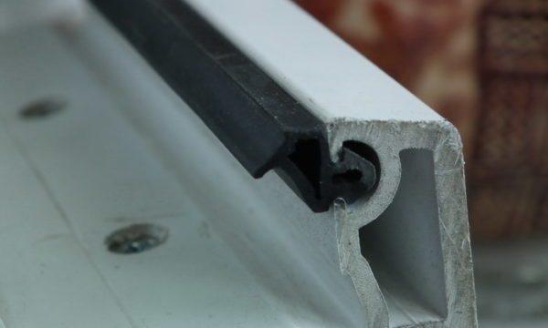 Уплотнитель вставляется в специальный пах в оконном профиле, поэтому его замена не вызовет затруднений