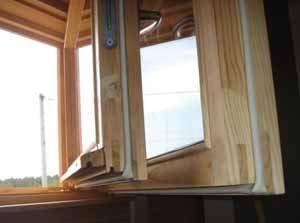 Утепление старых деревянных окон своими руками – наука, в которой каждый сам себе мастер, главное – надёжное уплотнение и закрытие стыков материалом, который считается наиболее удачным
