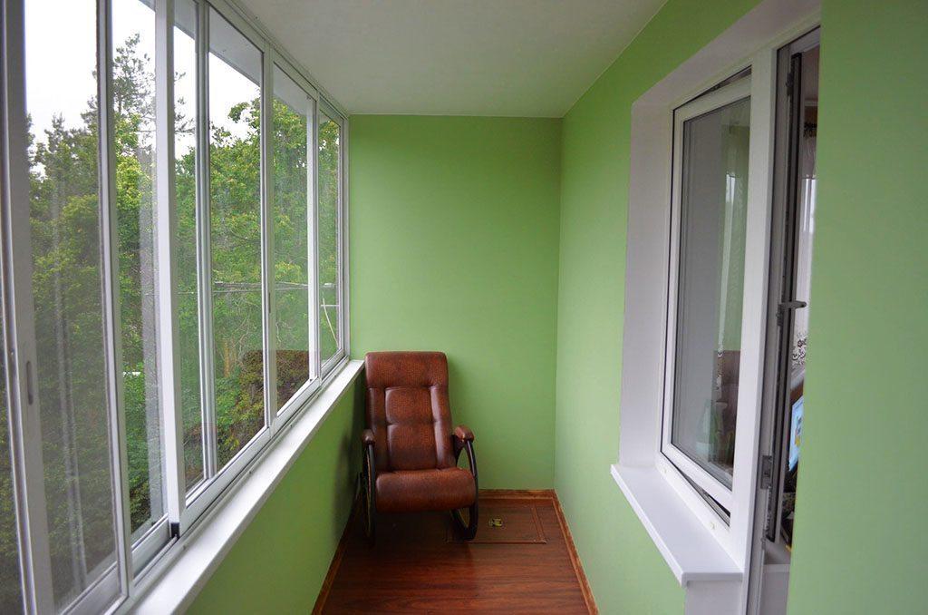 Утепленный и отделанный балкон можно использовать как дополнительное полезное помещение