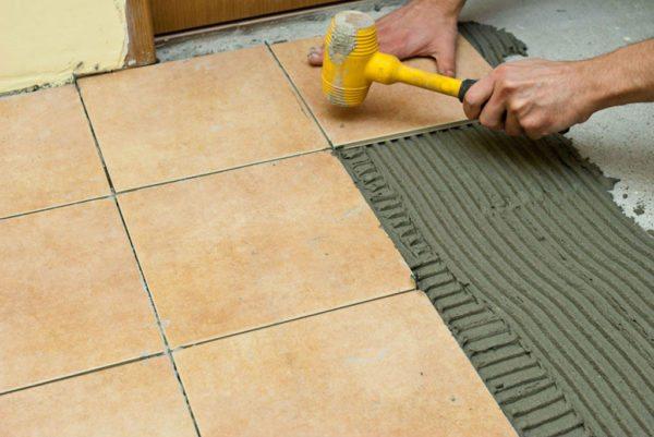 Важно сразу выравнивать положение плитки, пока клей свежий, и вы можете поправить элемент