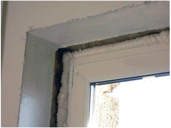 Внешний вид подготовленного к работе окна с заделанными щелями