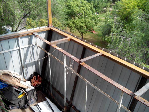 Вынос балкона, изготовленный из уголка и профильной трубы: конструкция должна крепиться к капитальному основанию