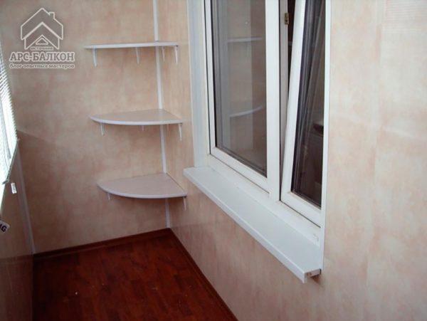 Закреплённые в углу полки на балконе своими руками позволяют выгодно задействовать угловую зону, которая очень часто и вовсе не используется