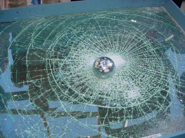 Защитные покрытия тестируют, сбрасывая на образец стекла тяжелый стальной шар