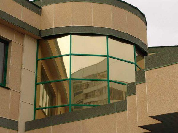 Зеркальная пленка с бронзовым оттенком отлично гармонирует с цветовой гаммой здания