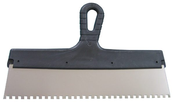 Зубчатый шпатель помогает наносить клей для плитки равномерно по всей поверхности пола