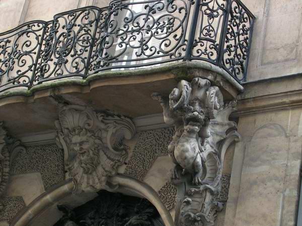 Классический вариант балкона – площадка на балках – с кованым ограждением