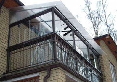 Балкон с крышей из поликарбоната