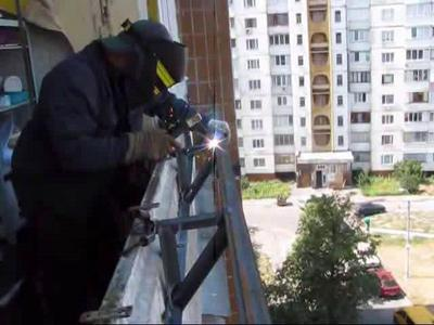 Сваривание на балконе выносных кронштейнов