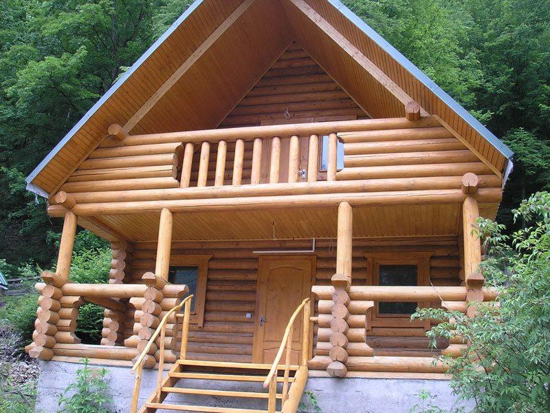 балконная терраса с деревянными перилами