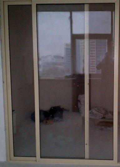 Плотное прилегание слайдинговых дверей препятствует попаданию влаги и пыли в комнату