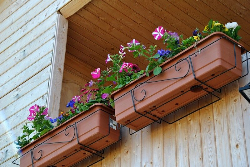 Крепления для цветов на балконе.