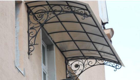 Каркас козырька для балкона может быть изготовлен также из кованой стали