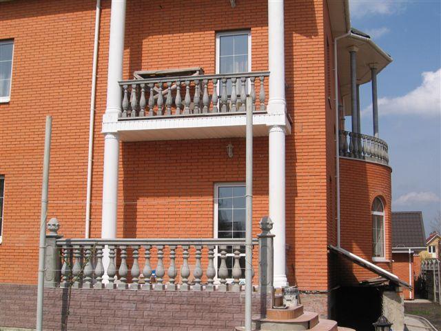 Бетонное ограждение балкона.