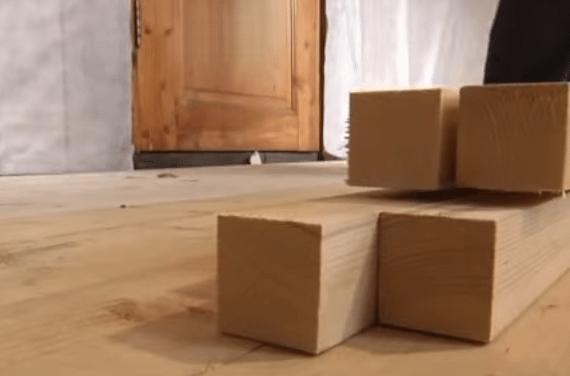 Брусок нарезается так, чтобы он был на 10 мм короче расстояния от стены до стены