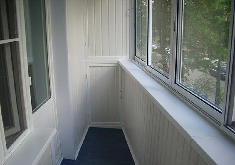 Швы такой вагонки зрительно расширяют балкон