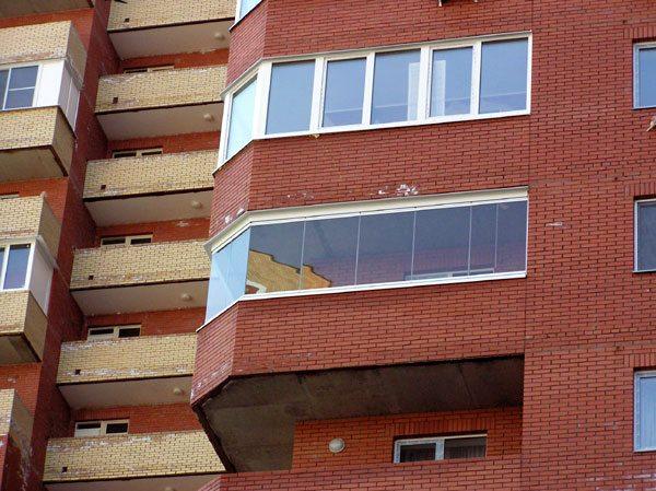 На фотографии видно, чем отличается лоджия от балкона