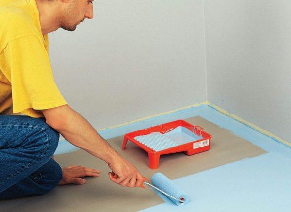 Чтобы не испачкать стены, по периметру наклеивается малярный скотч