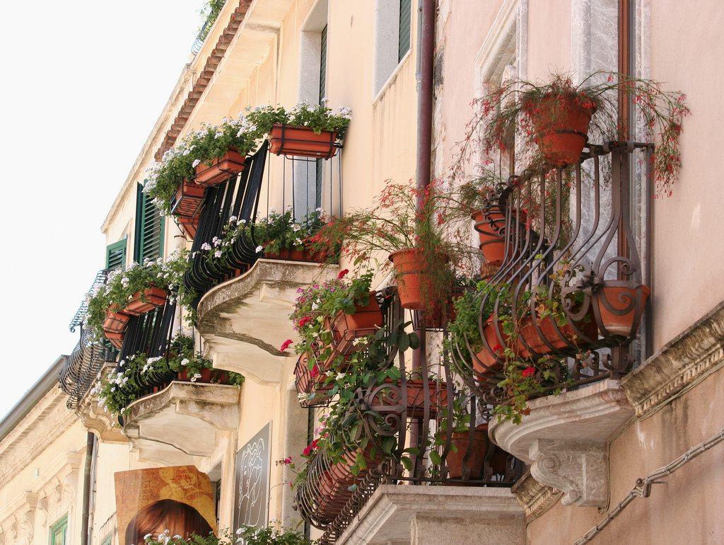 Цветы часто используют как украшение на традиционных французских балконах