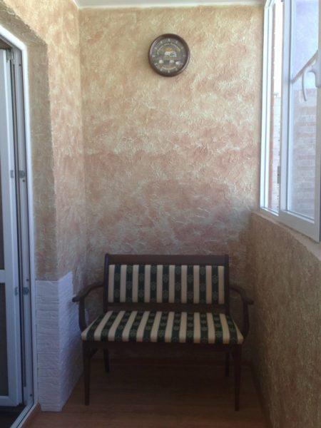 Декоративная штукатурка позволяет добиться оригинального интерьера балкона