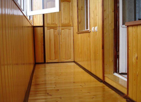 Деревянная обшивка дополнительно утеплит балкон