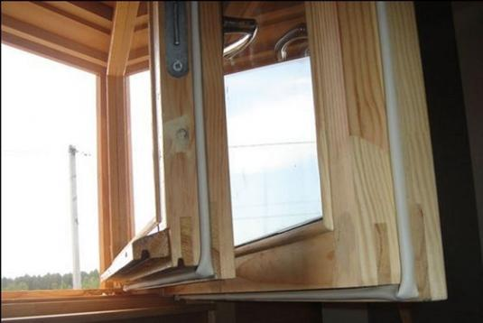 Деревянное окно с уплотнителем