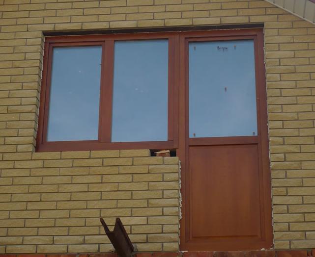 Установленные деревянные двери на балкон