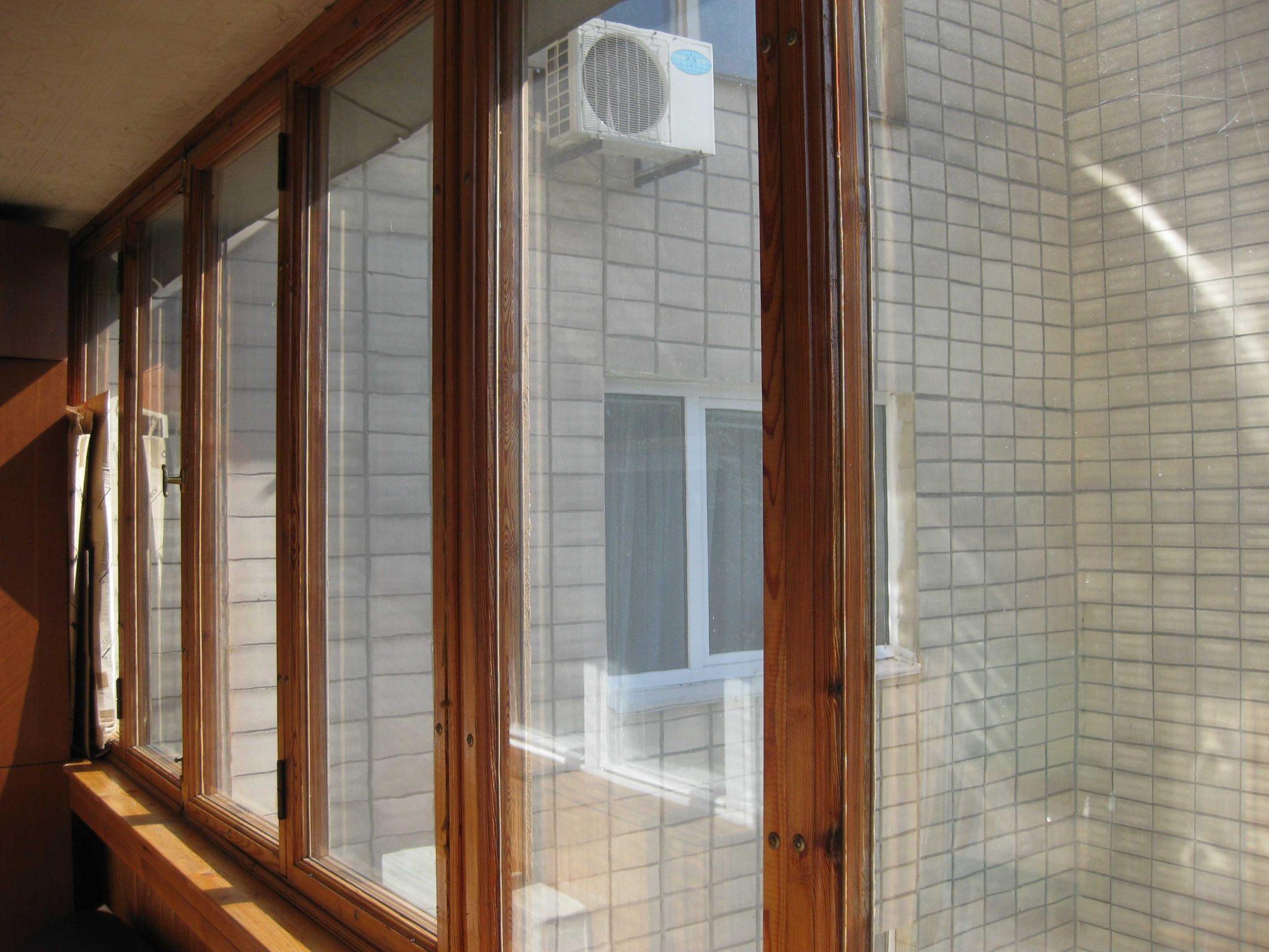 Современная деревянная конструкция остекления балкона
