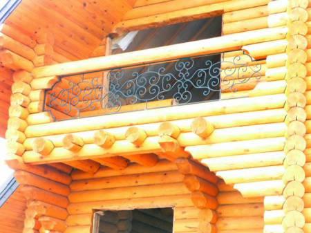 деревянные перила с элементами ковки