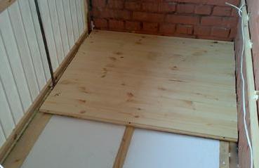 Настил на балконе деревянного напольного покрытия