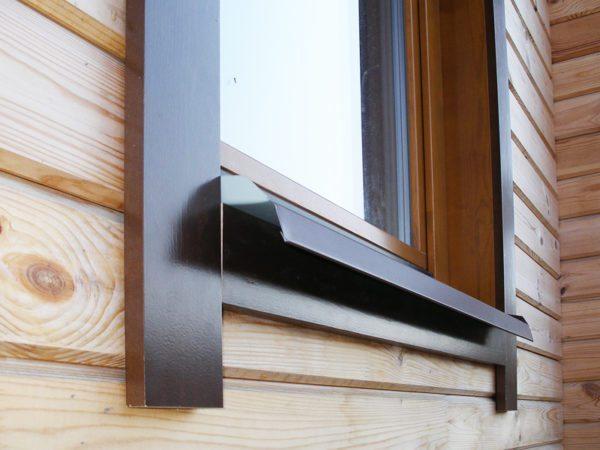 Деревянный нащельник ставится снаружи в домах из бревна и бруса