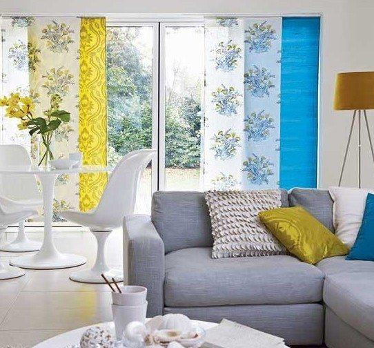 Украшения для гостиной с лоджией современного стиля подберем простые, ненавязчивые