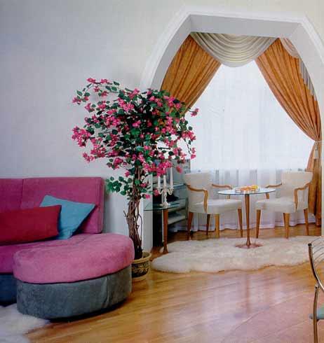 Совмещенная гостиная с лоджией увеличивает площадь не только визуально, но и реально