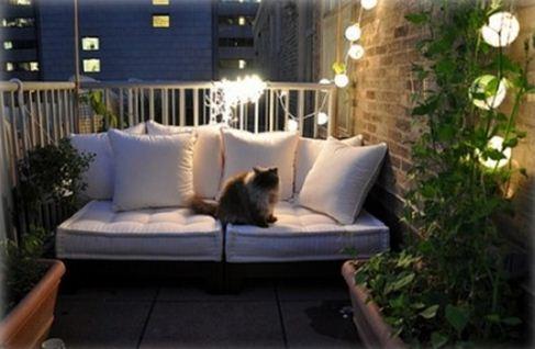 Красивое освещение маленького неостекленного балкона